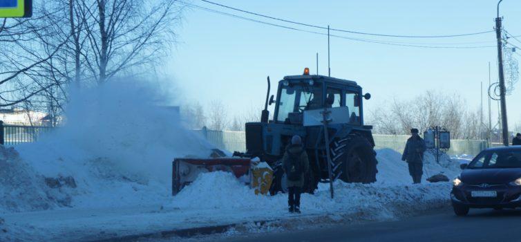 Коммунальные службы продолжают уборку снега в районе