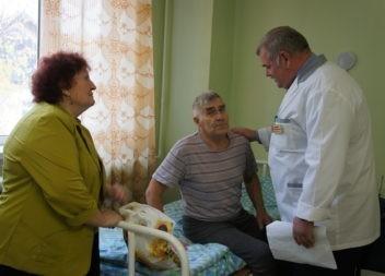 Пожилых пациентов больницы поздравили с праздником