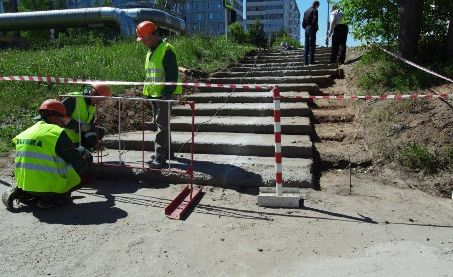 В Эжве ремонтируют лестничный марш по пр. Бумажников – ул. Маяковского
